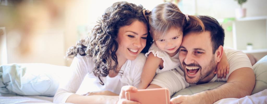 Una familia feliz con Smartphone