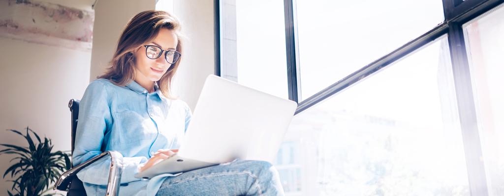Propietario de empresa usando un laptop
