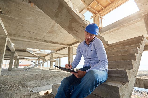 ingeniero en una obra en construcción