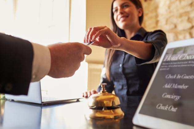 mostrador de registro en un hotel