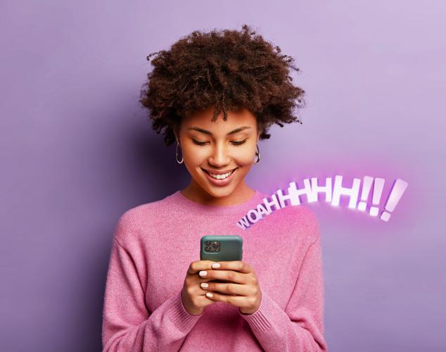 mujer mirando un teléfono celular