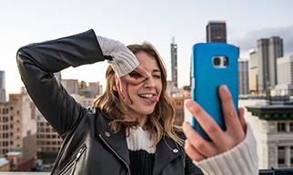 Imagen fina - joven haciendo muecas sosteniendo teléfono azul