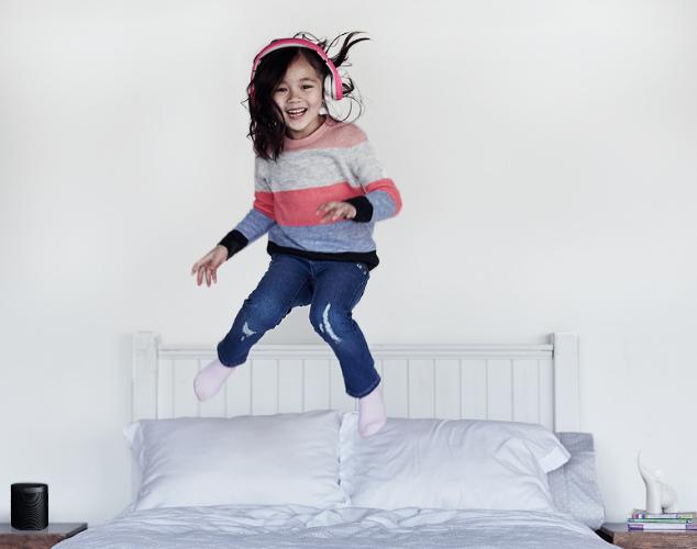 Niño saltando en la cama