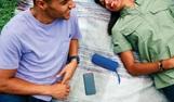 Hombre y mujer oyendo música en un smartphone.