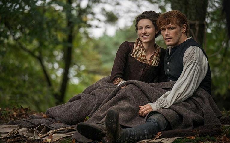 hombre y mujer sentados en el bosque