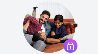 Familia en el sofá con el ícono de candado púrpura en la parte inferior derecha