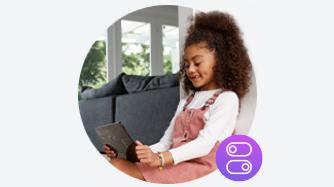 Chica en tableta con icono de configuración púrpura en la parte inferior derecha